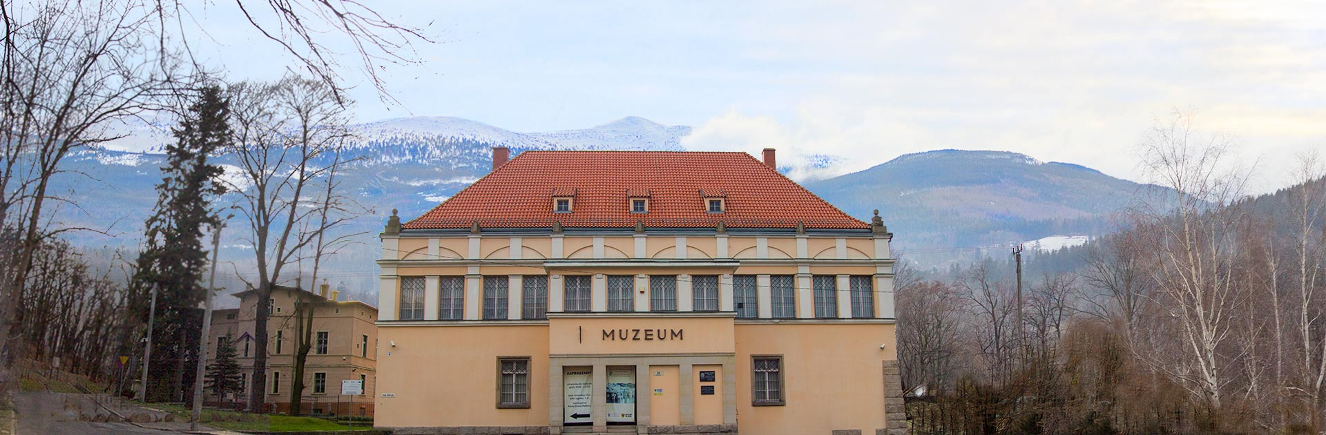 Zdjęcie panoramiczne przedstawiające muzeum karkonoskie w Jeleniej Górze.