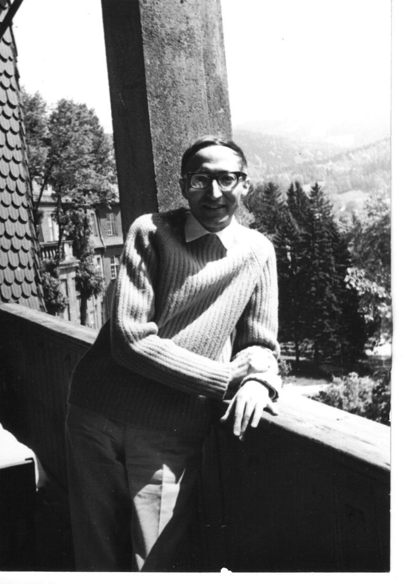Józef Gielniak pozuje stojąc na balkonie.