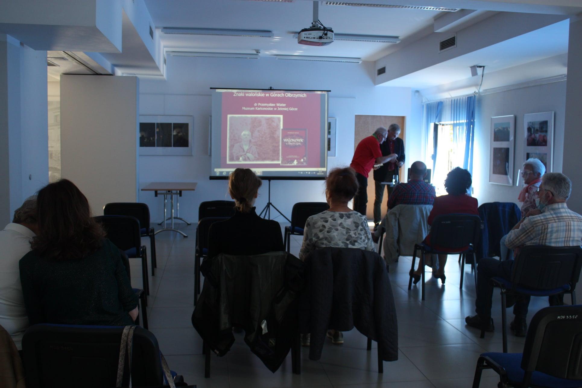 Na zdjęciu sala oświatowa muzeum, słuchacze oraz prelegent dyrektor Przemysław Wiater