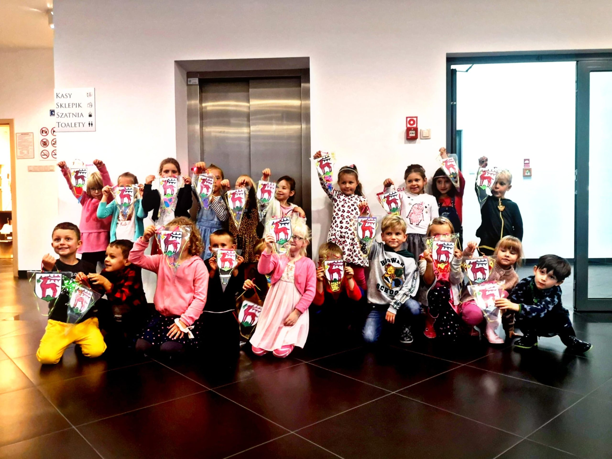 Na zdjęciu dzieci z jeleniogórskiego przedszkola pozują z wykonanymi wlasnoręcznie proporczykami herbu miasta