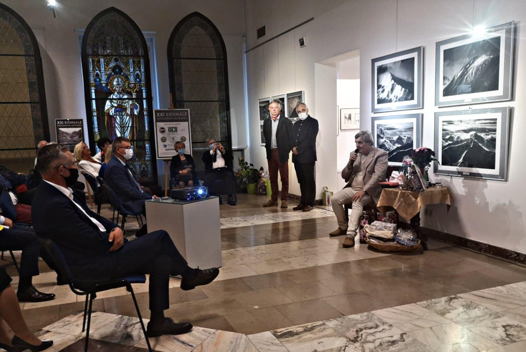 Na zdjęciu Jubilat w otoczeniu dyrektora muzeum oraz przybyłych gości