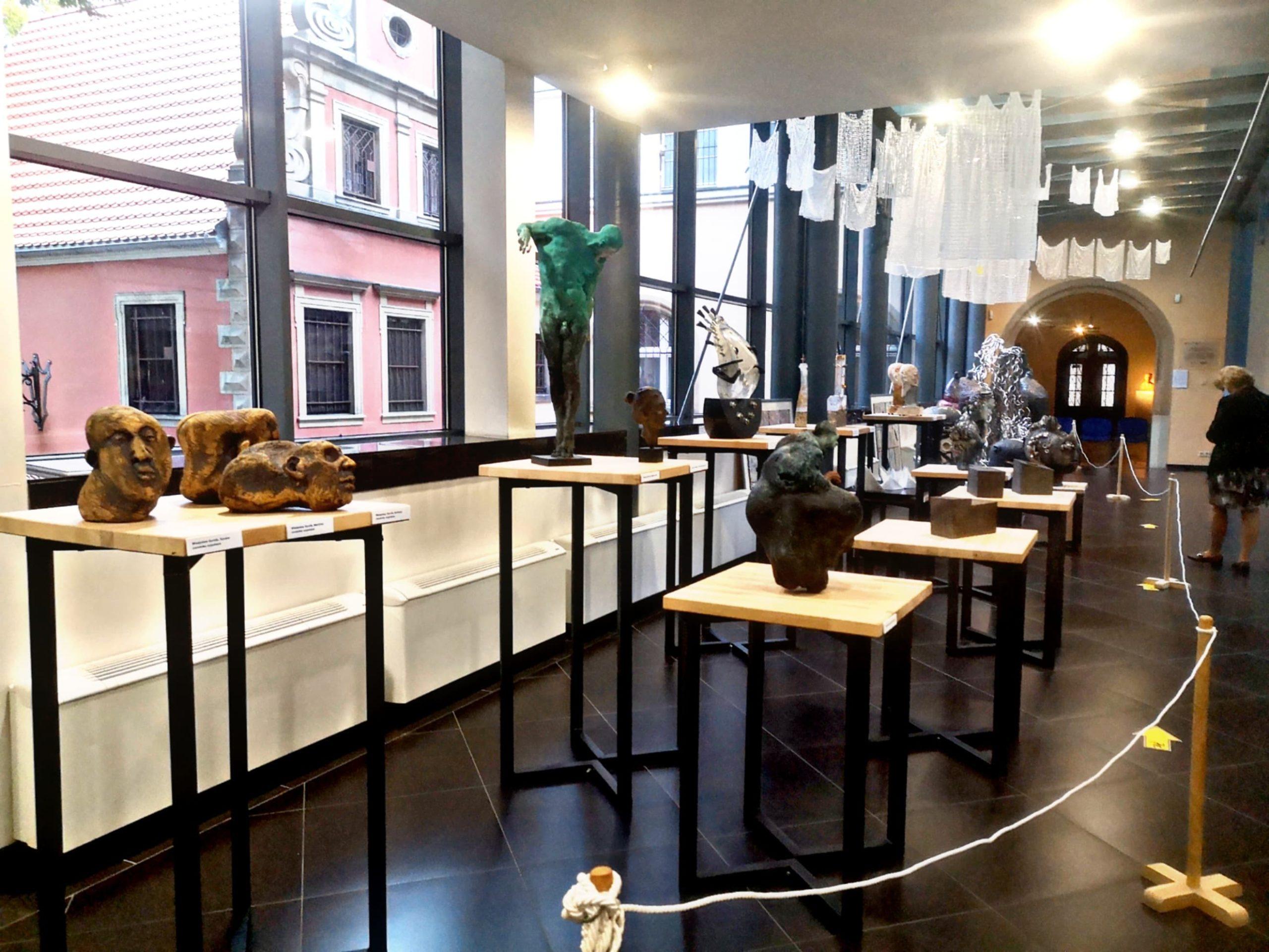 Na zdjęciu zaprezentowane podesty z rzeźbami będącymi cześcią wystawy.