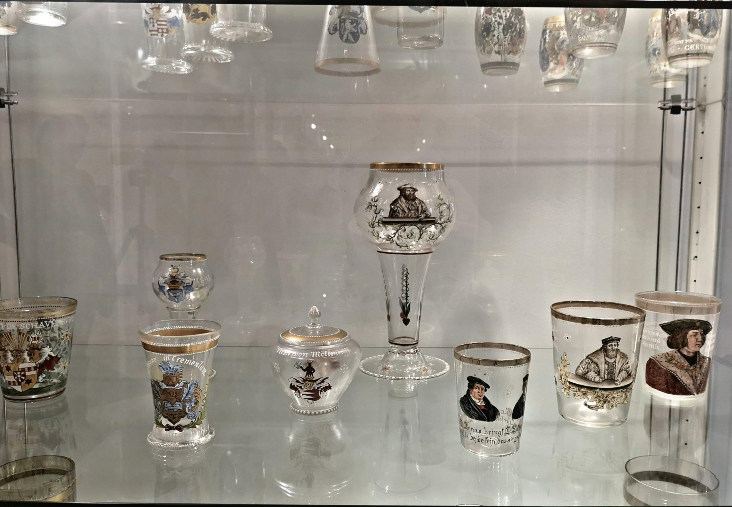 Na zdjęciu szkła Fritza Heckerta w gablocie wystawowej